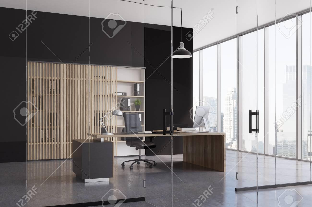 Intérieur de bureau avec un mur noir et un verre une baie vitrée