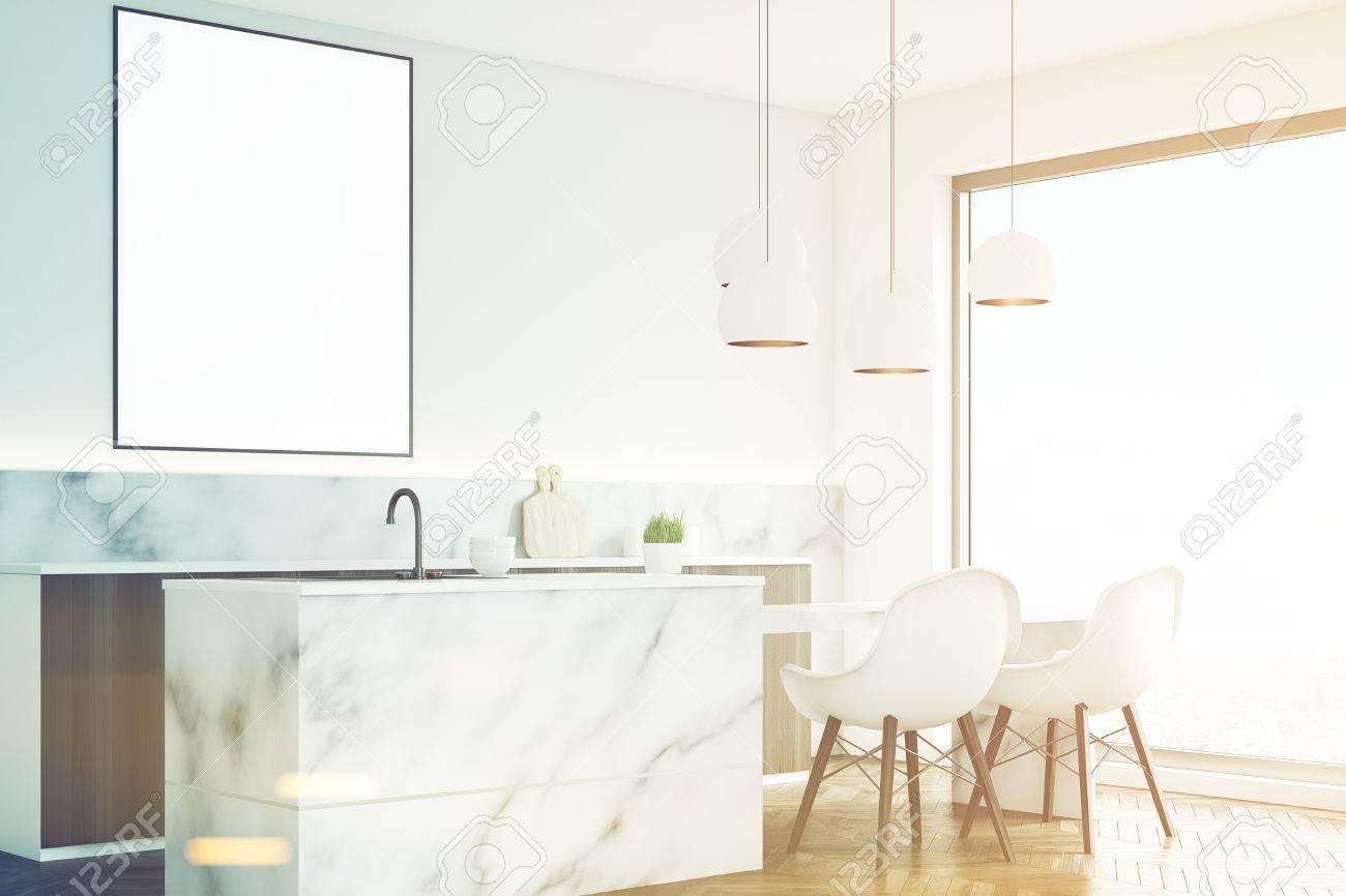 Seitenansicht Einer Marmor Kuche Innenraum Mit Einem Kleinen Tisch