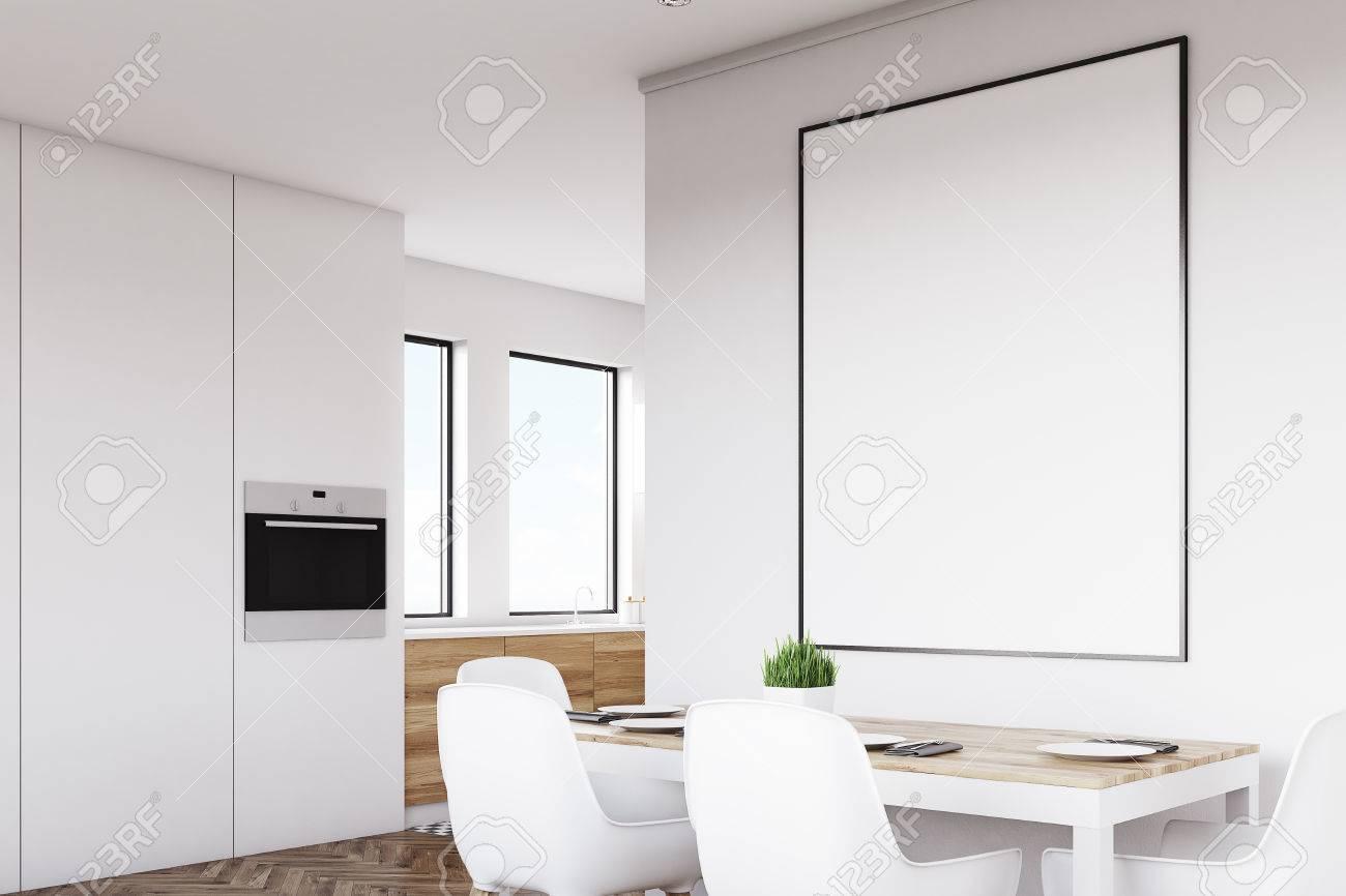 Vue Latérale Dun Intérieur Blanc De Cuisine Avec Une Affiche Suspendue Au Dessus Dune Table Avec Des Chaises Les Planchers En Bois Clair Sont Vus