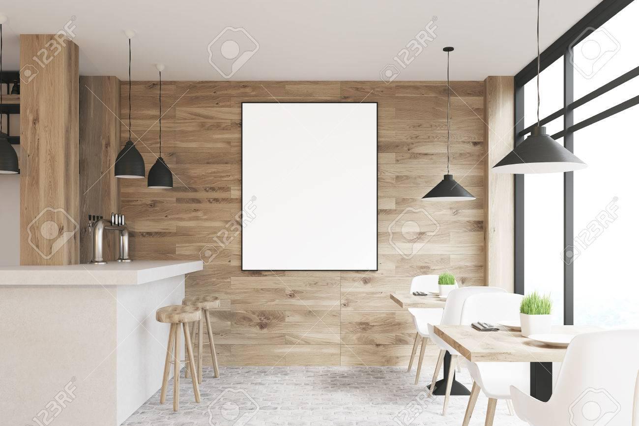 Interni di caffè in legno chiaro con tavoli quadrati sedie bianche