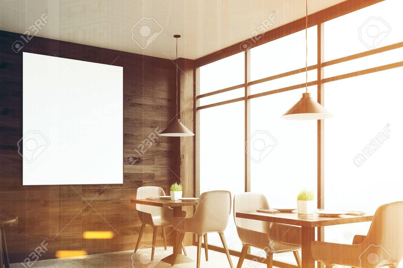 Houten Tafel Met Witte Stoelen.Donkere Houten Cafe Interieur Met Vierkante Tafels Witte Stoelen Staan Langs Een Panoramisch Raam En Een Ingelijste Verticale Poster Op Een Muur