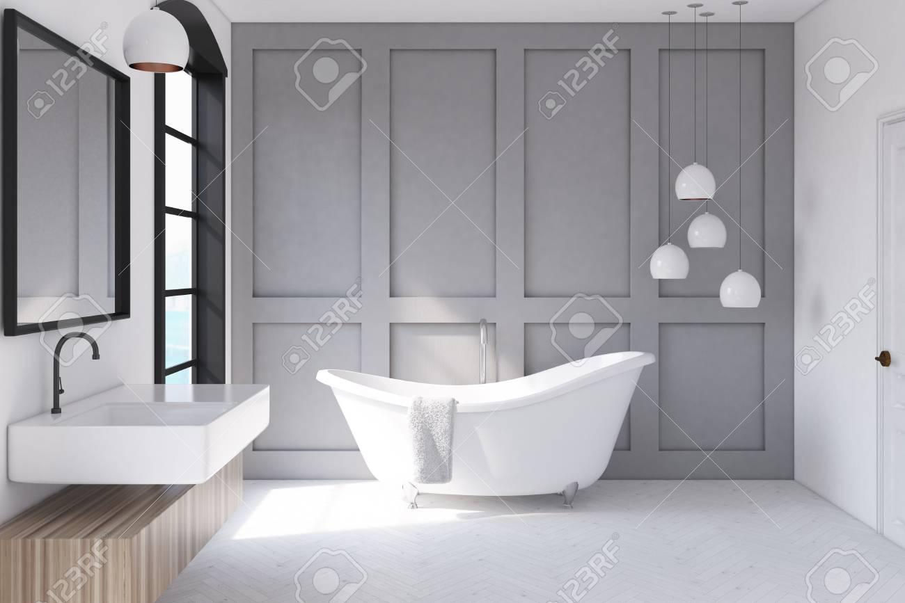 Interno di un bagno moderno con pareti grigie una grande finestra
