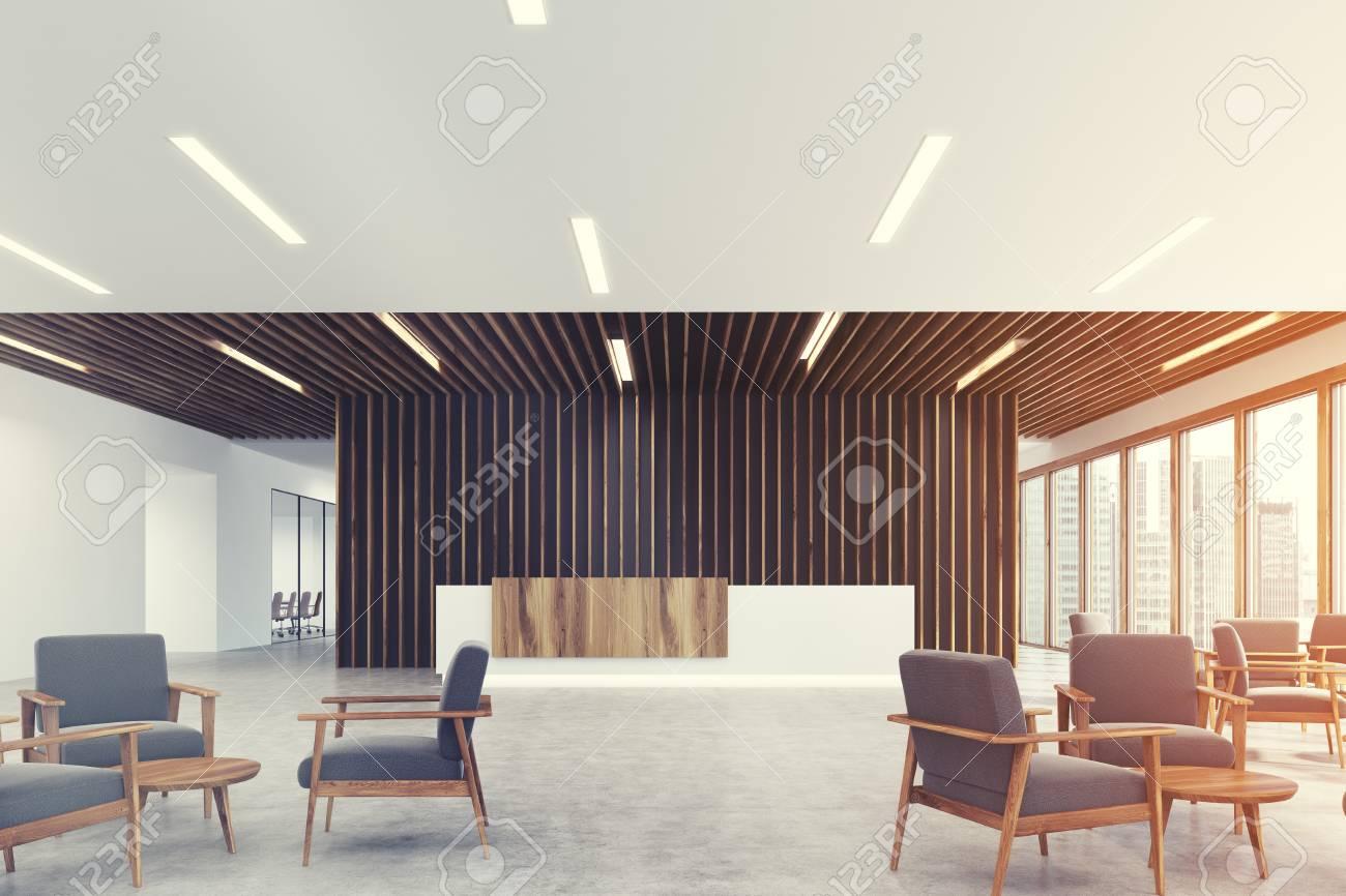 Ufficio Bianco E Legno : Angolo di un bancone reception in legno bianco e chiaro è in piedi