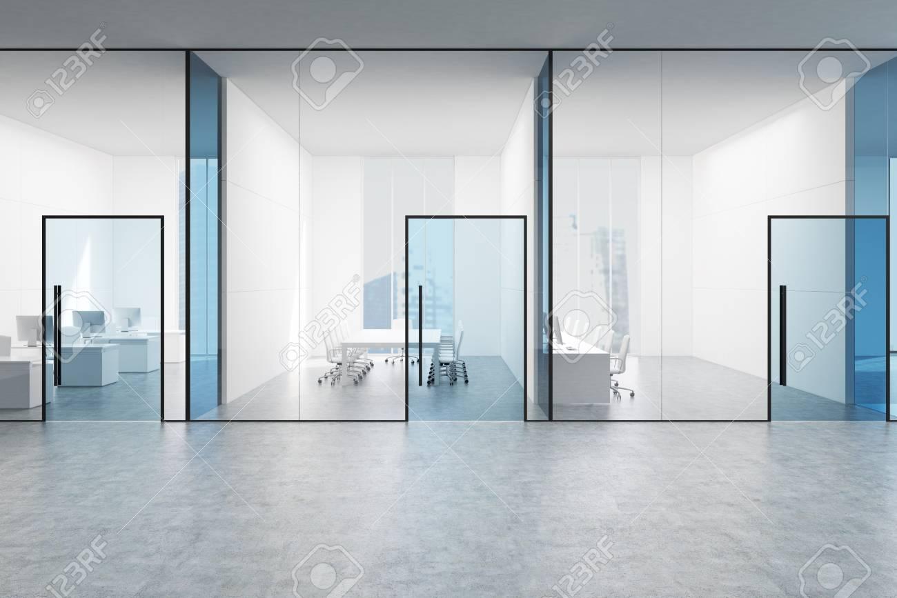 Hall de bureau transparent bleu avec une salle de conférence et deux