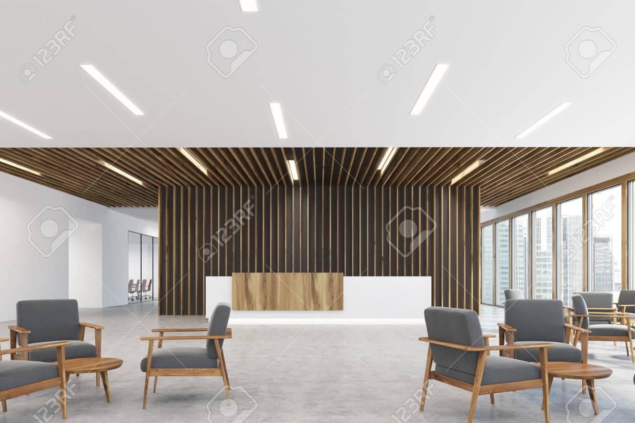 Reception Ufficio Legno : Angolo di un bancone reception in legno bianco e chiaro è in piedi