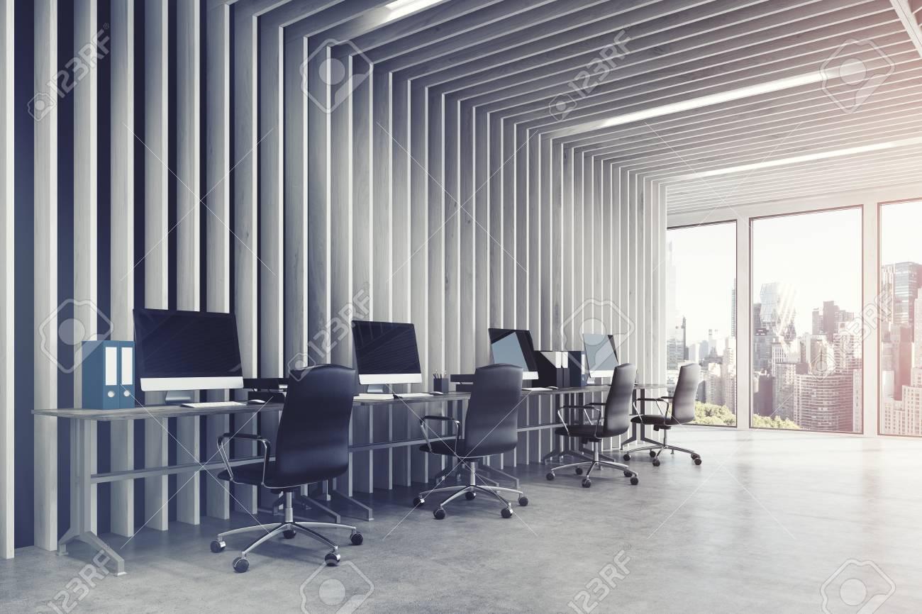 Intérieur de bureau espace ouvert moderne avec des murs en bois