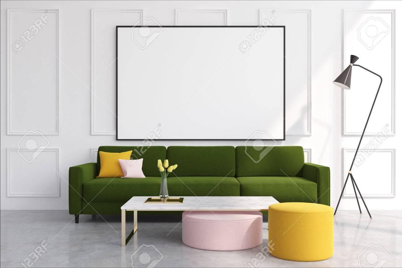 Interior Blanco De La Sala De Estar Con Un Sofa Verde Oscuro