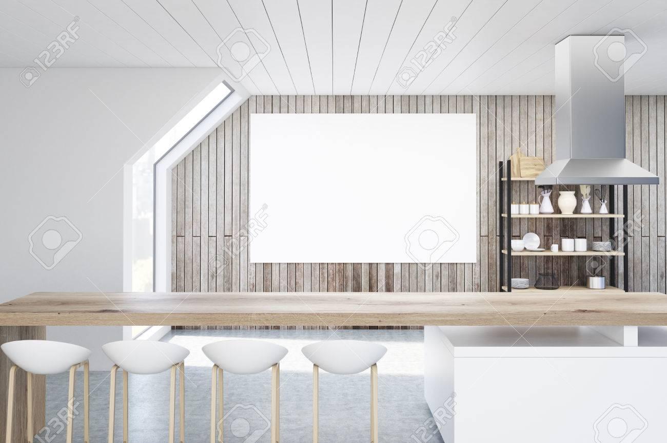 Interieur Einer Küche Mit Holzwänden In Einem Dachboden. Es Gibt Einen  Langen Stehtisch, Stühle
