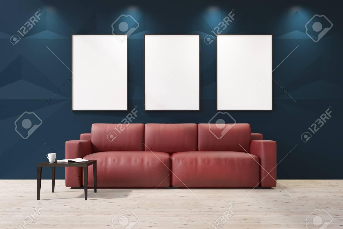 Divano Rosso E Grigio interno soggiorno blu con una galleria di poster sul muro. c'è un divano  rosso e un tavolino con una tazza di caffè. 3d rendering mock up