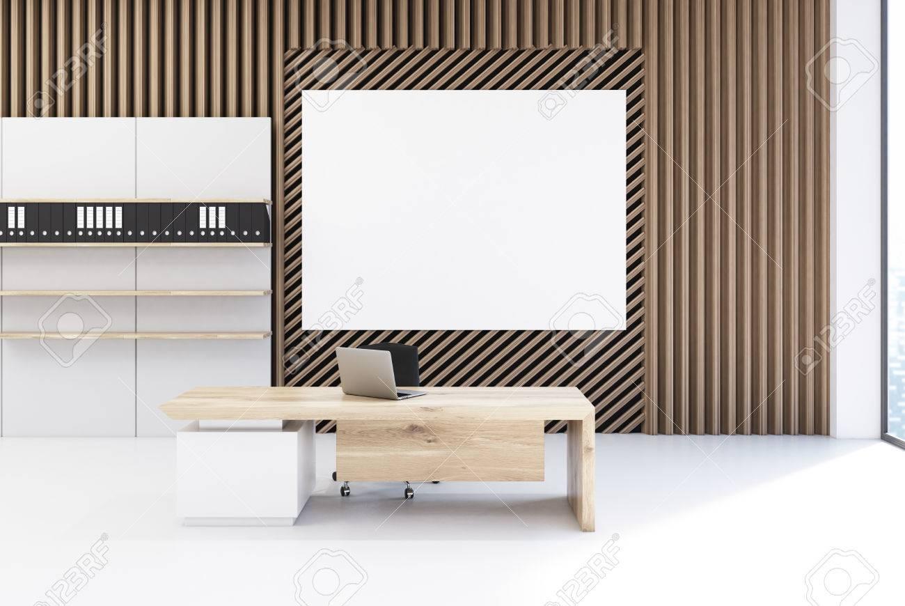 Interieur De Bureau De Planche Avec Des Murs En Planche Droite Et Diagonale En Bois Il Y A Une Affiche Au Dessus D Un Bureau Avec Un Ordinateur