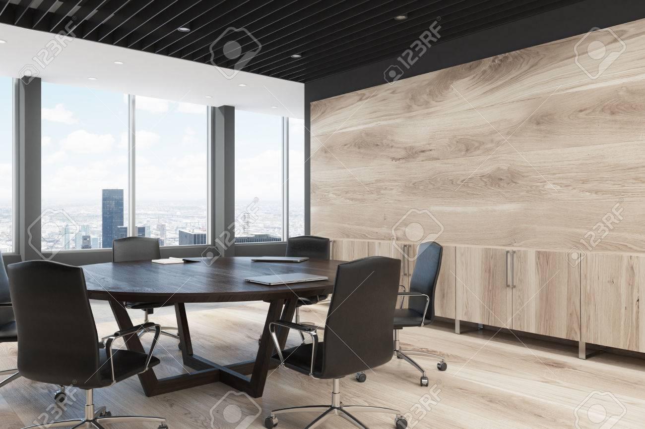 Coin d\u0027une décoration murale en bois clair et une grande table de réunion  ronde. Rendu 3D maquette