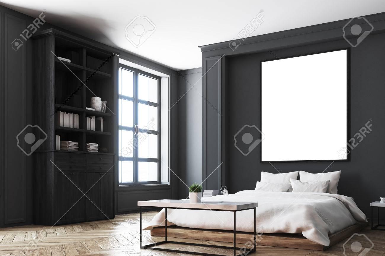 Chambre Avec Un Mur Noir intérieur de chambre de luxe avec des murs gris et noir, une bibliothèque,  un lit double, deux tables de chevet et un plancher en bois. affiche