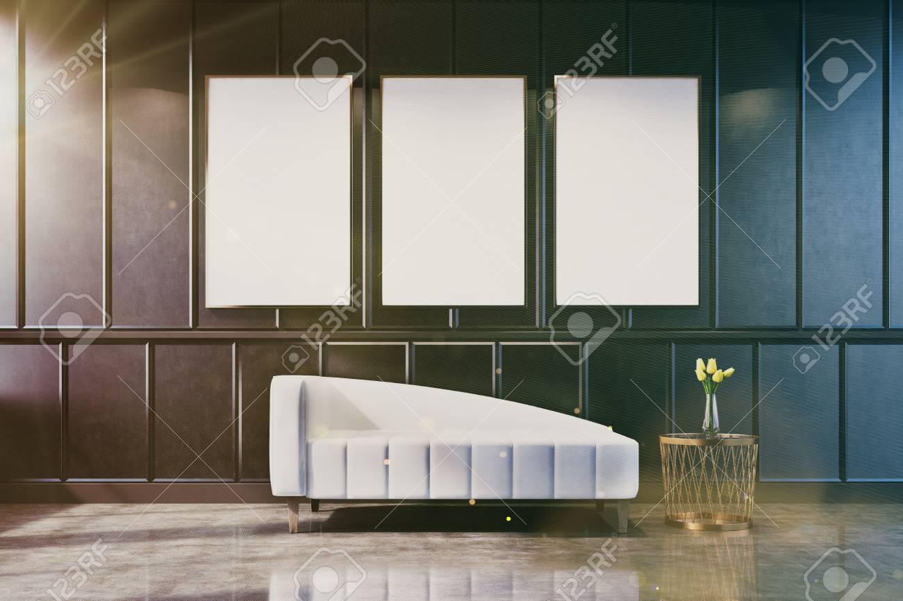Grauer Wohnzimmerinnenraum Mit Einer Plakatgalerie Auf Der Wand. Es Gibt  Eine Weiße Couch Und Einen