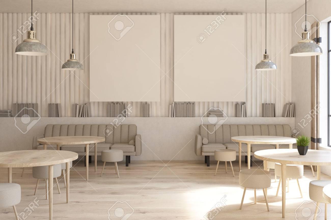 Modernes café interieur mit zwei vertikalen plakaten auf einer