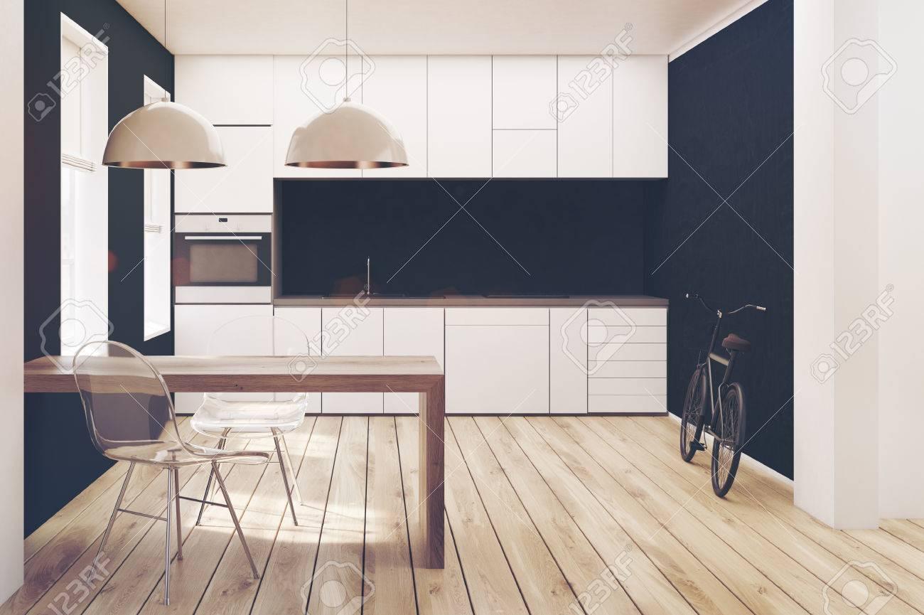 Weißes und schwarzes küchen interieur mit holzboden