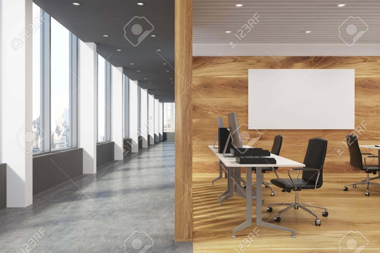 Bureau en bois foncé avec une grande table et une affiche