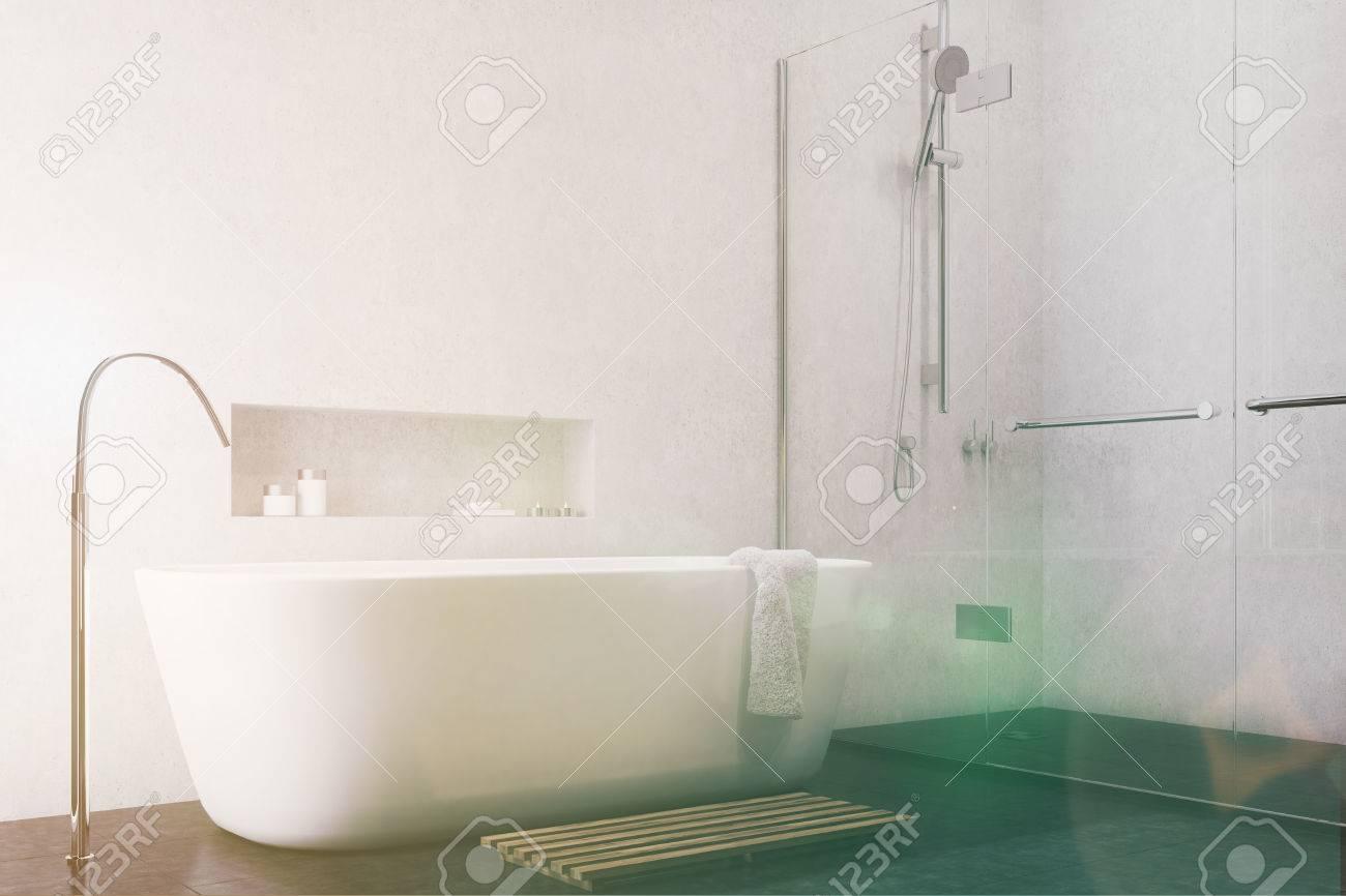 Interior Blanco Del Cuarto De Baño Con Un Piso Negro, Una Ducha Con ...