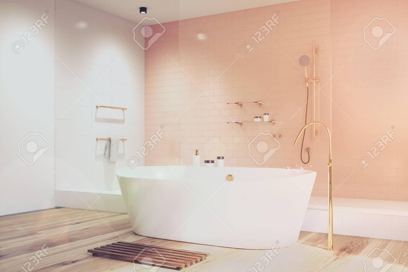 Luxus Rosa Badezimmer Interieur Mit Weiß Und Fliesen, Eine Weiße ...