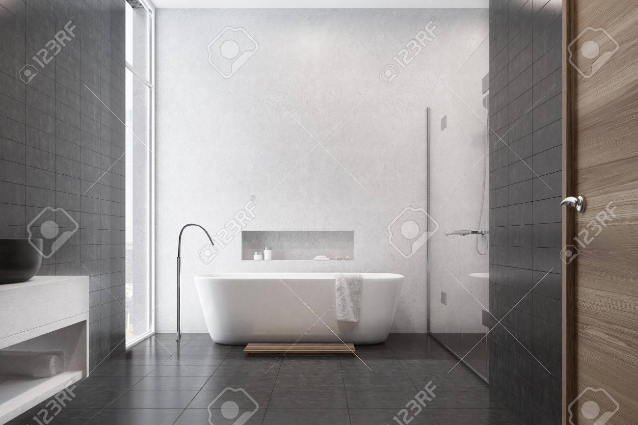 Interno bianco bagno con piastrelle nere utilizzati come elemento