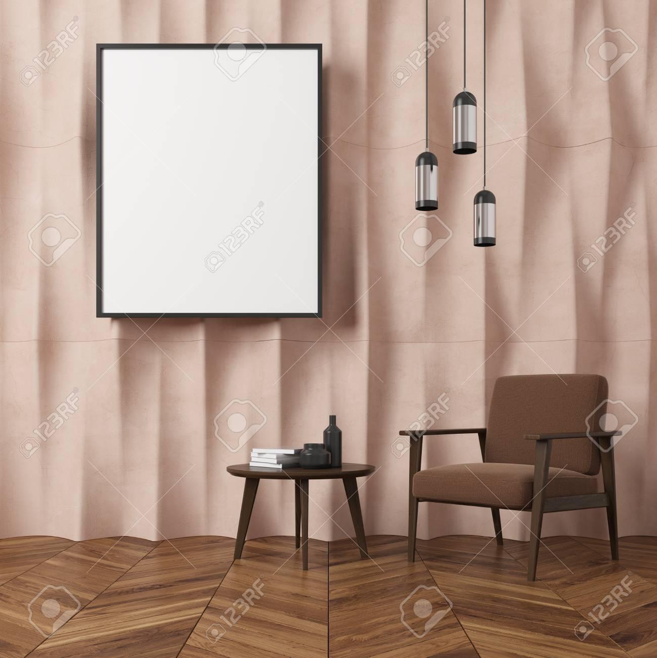 Salon Marron Et Beige Photos intérieur de salon mural texturé beige avec un fauteuil marron, une table à  café avec des livres et des bouteilles et une affiche verticale encadrée.