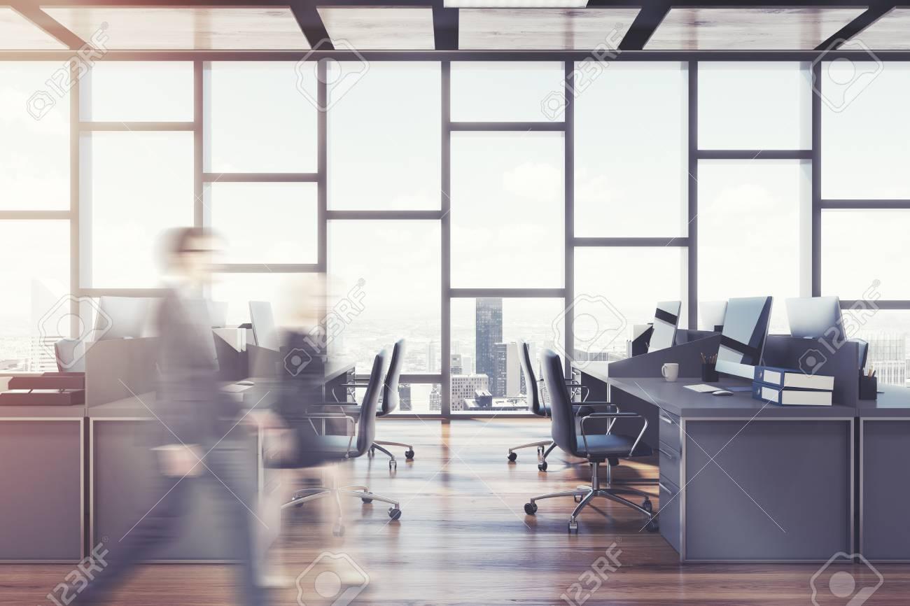 Intérieur de bureau à aire ouverte avec un plancher de bois sombre