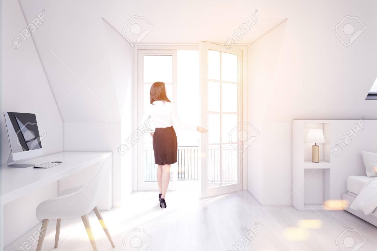 Femme dans une chambre mansardée avec un bureau à la maison des