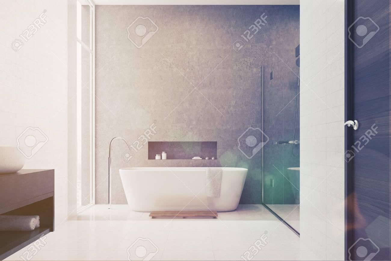 Graues Badezimmer Interieur Mit Weißen Fliesen Als ...
