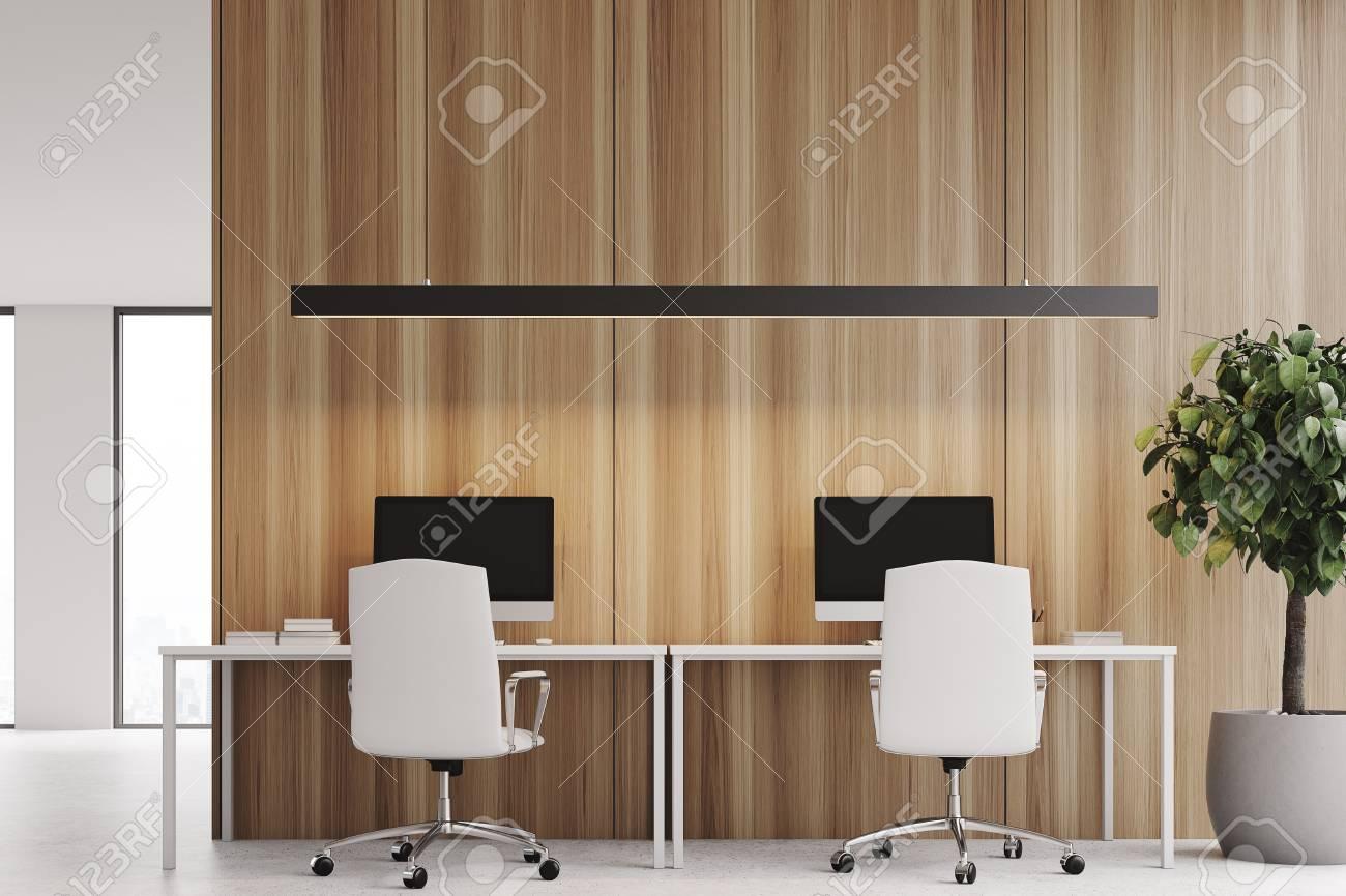 Intérieur de bureau loft en bois avec deux moniteurs d ordinateur