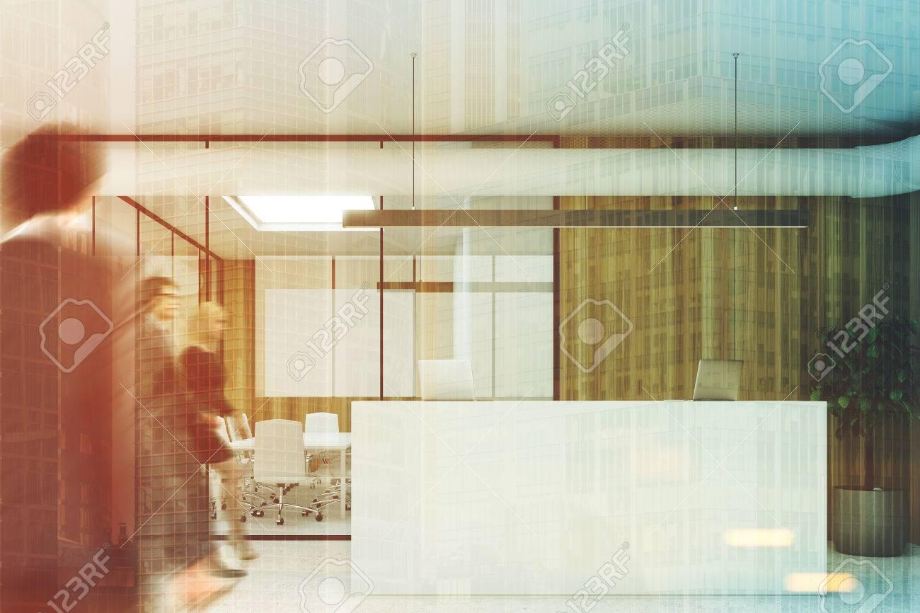 Wooden Wand Büro Interieur Mit Einem Betonboden, Glas Wände, Ein ...