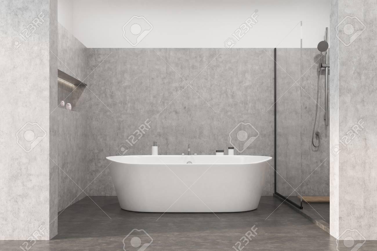 Intérieur de salle de bain gris avec sol en béton, baignoire blanche,  douche et niche dans un mur pour les produits d?auto-entretien Rendu 3d  maquette