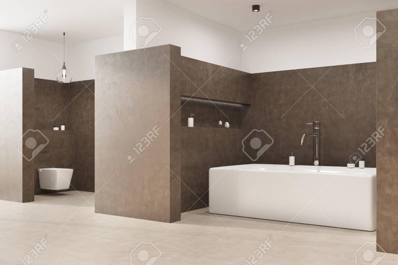 Intérieur de la salle de bain marron avec un sol blanc, une baignoire  angulaire, des toilettes et une lampe d\'origine. Vue de côté. Rendu 3d  maquette