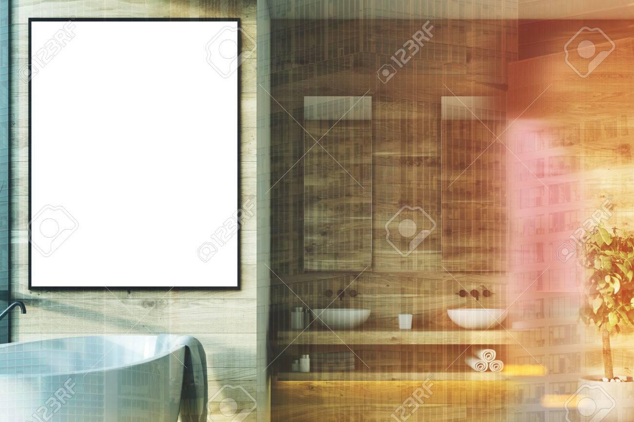 Interior De Baño De Madera Con Una Tina Blanca, Un Cartel Enmarcado ...