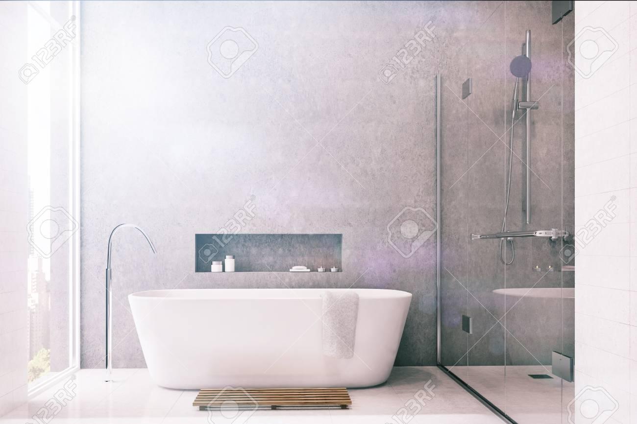 Interno grigio del bagno con piastrelle bianche utilizzate come