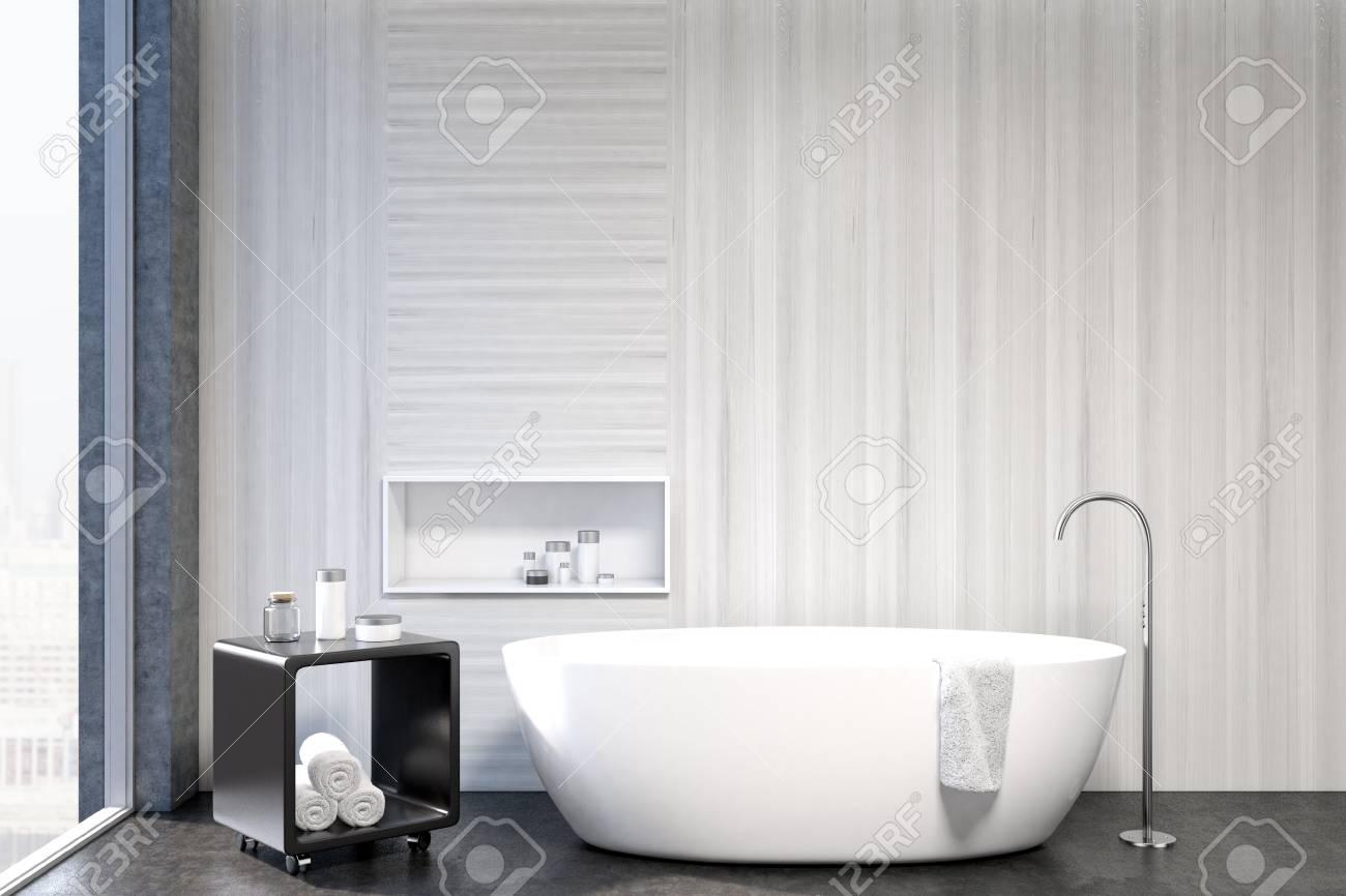 Gros Plan D Un Interieur Blanc Avec Une Baignoire Blanche Une Table