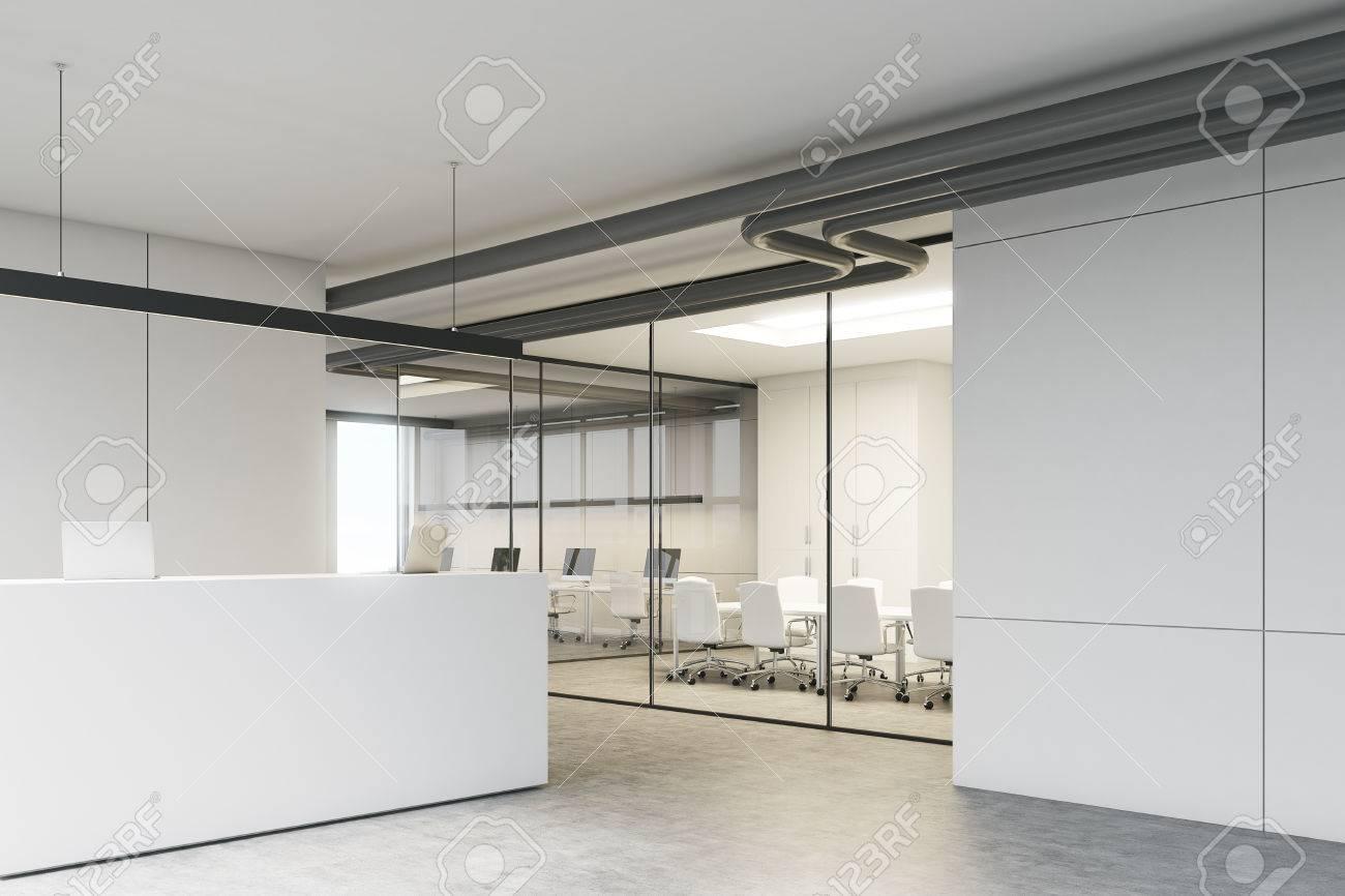 Intérieur de bureau blanc avec un bureau d accueil debout près d