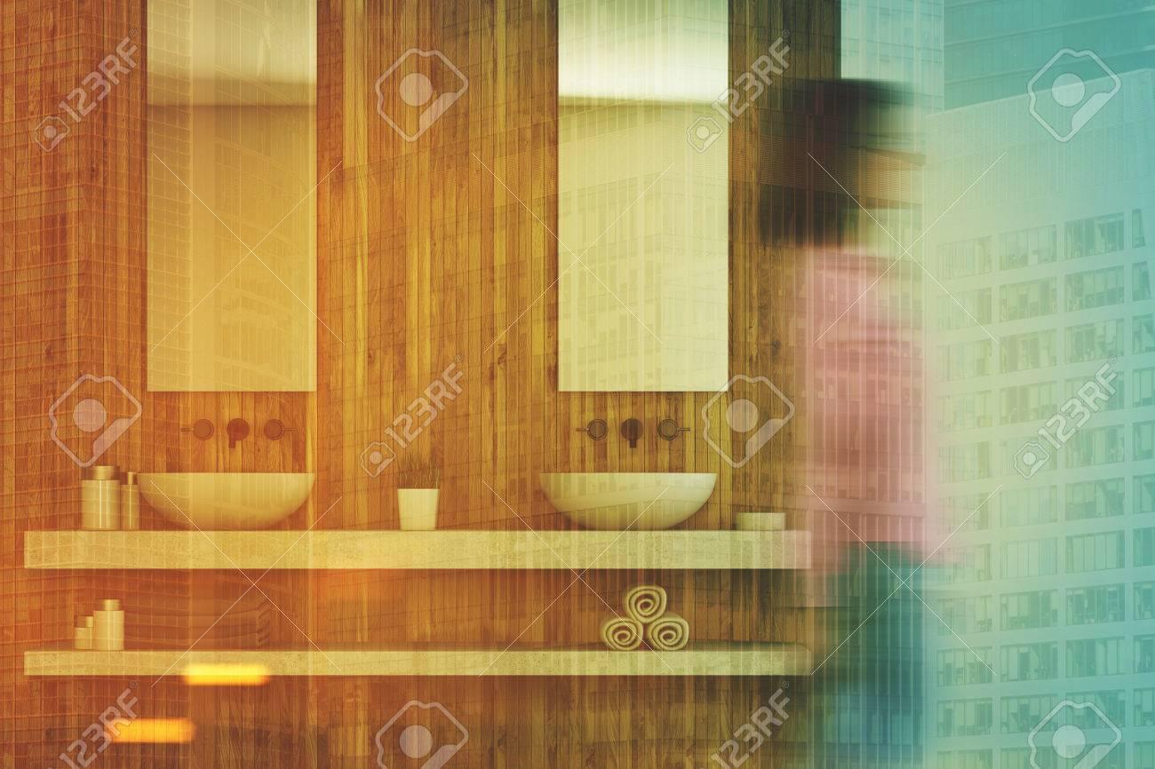 Holz Badezimmer Interieur Mit Einem Marmor Regal Mit Zwei Waschbecken Und  Spiegel. Zwischen Ihnen Ist