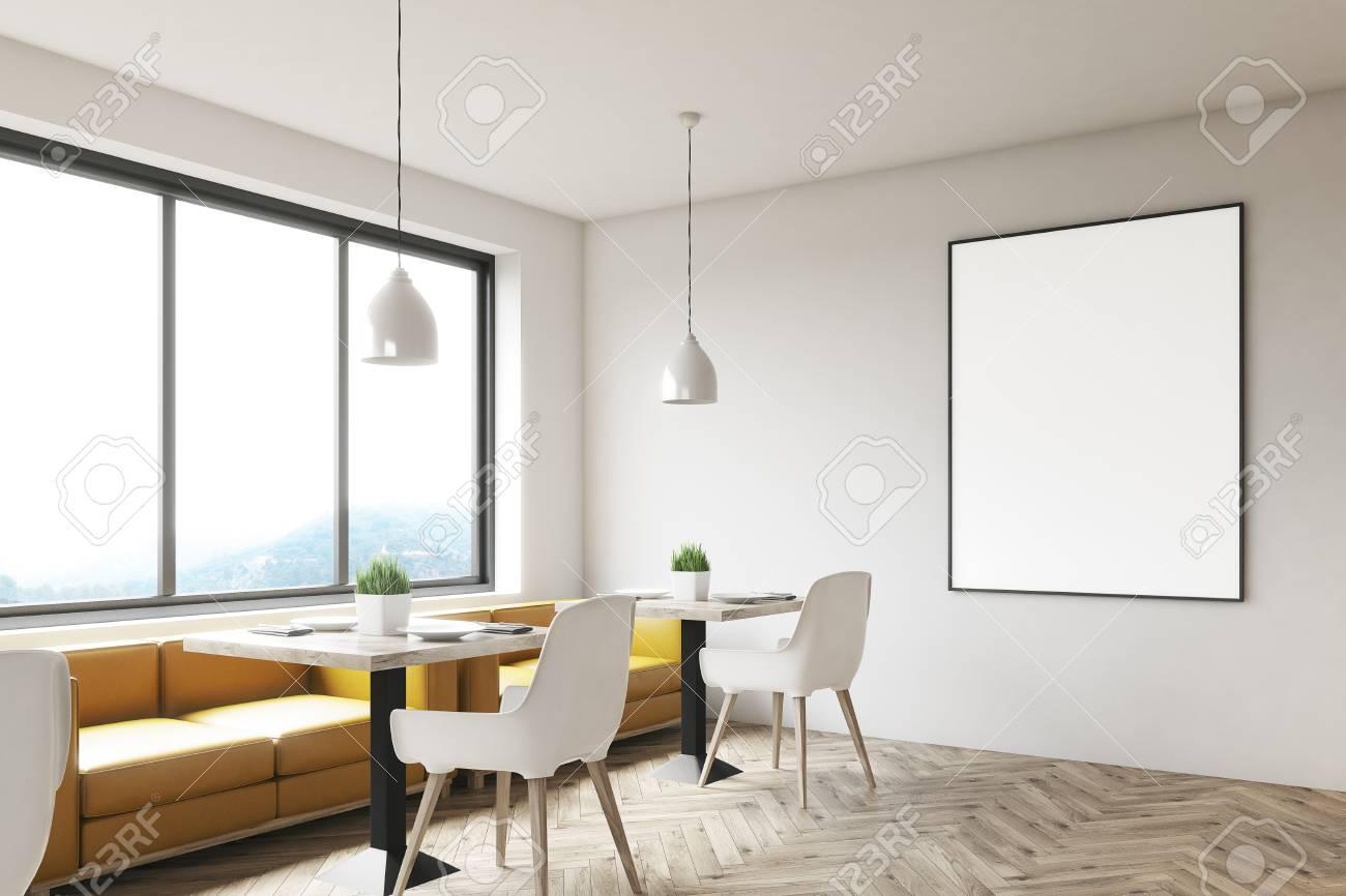 Sedie Bianche E Legno : Interno bianco del caffè con il pavimento di legno i tavoli