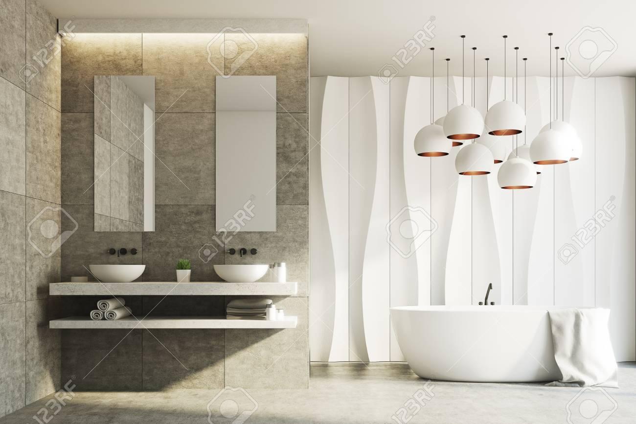 Salle De Bain Motif intérieur de salle de bain blanc et marbre avec un motif de mur ondulé et  deux lavabos debout sur une étagère en marbre avec deux miroirs étroits
