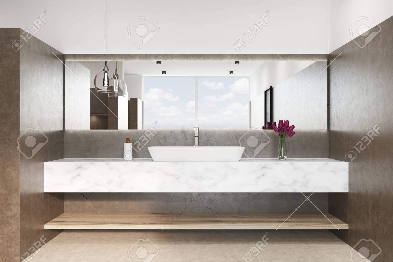 Gros plan d\'un intérieur de salle de bain marron avec un sol blanc, un  lavabo en marbre et une lampe originale. Fleurs dans un vase. Vue de face.  ...