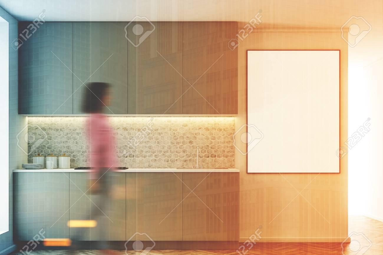 Interior Gris De La Cocina Con Una Fila De Encimeras. Un Cartel ...