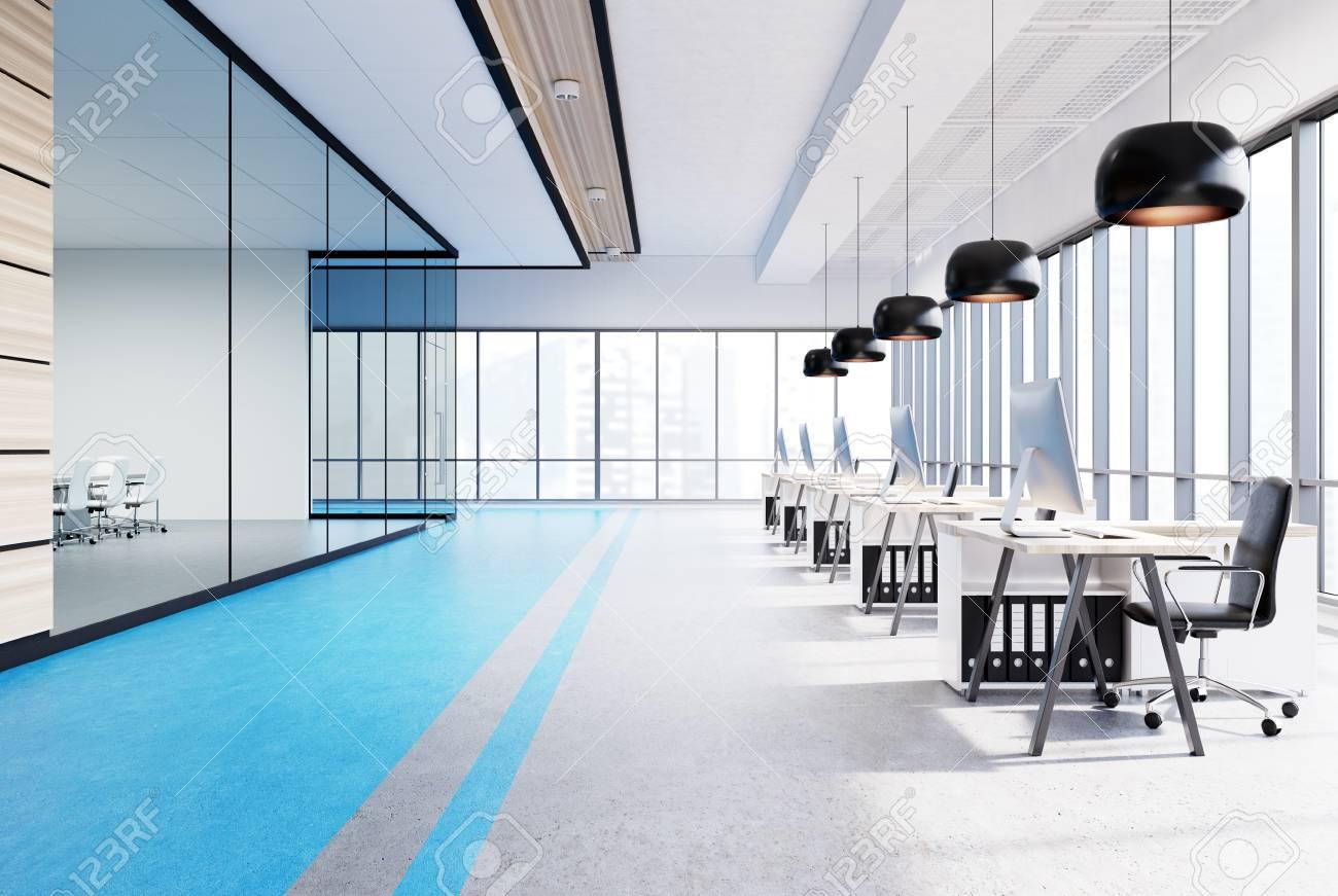 Intérieur de bureau ouvert bleu avec une rangée de tables en bois
