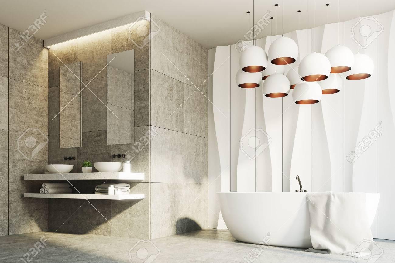 Salle De Bain Motif intérieur de salle de bains en marbre blanc et marron avec un motif de mur  ondulé et deux éviers debout sur une étagère en marbre avec deux miroirs