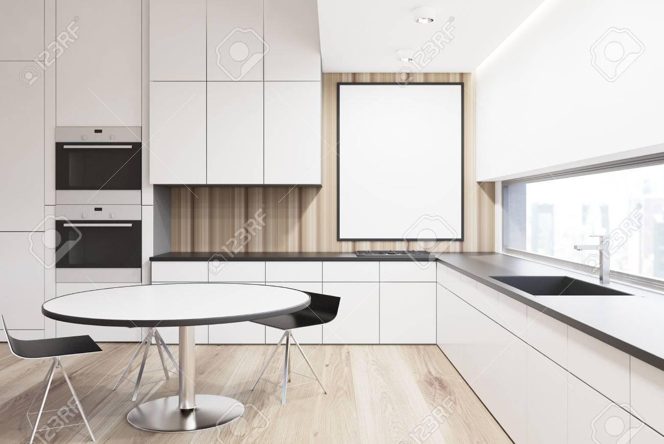 Interieur De Cuisine Blanc De Luxe Avec Une Table Ronde Des Chaises D Origine Construit Dans Les Fours Et Les Cuisinieres Et Une Longue Fenetre