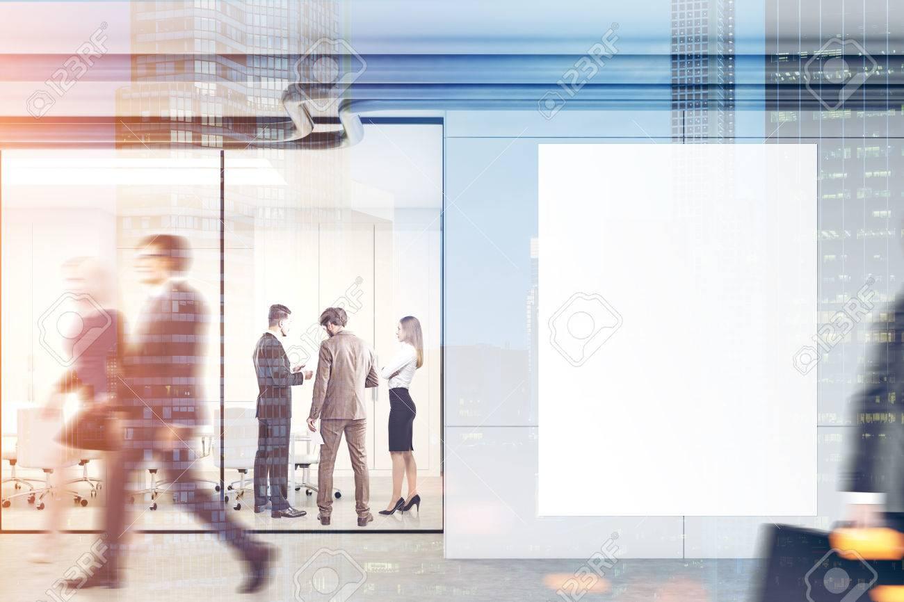 Lemployé de la société travaille dans un hall de bureau moderne