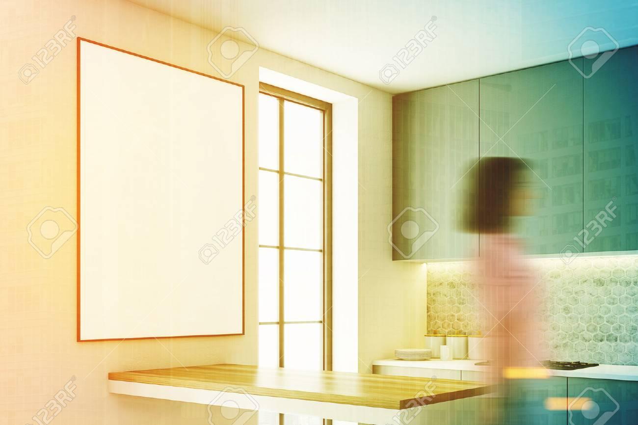 Interior Gris De La Cocina Con Una Barra Como La Tabla, Dos ...
