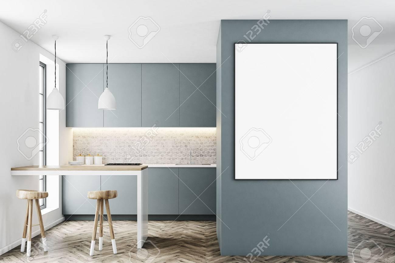 Interno cucina grigio con un bar come tavolo due sgabelli in