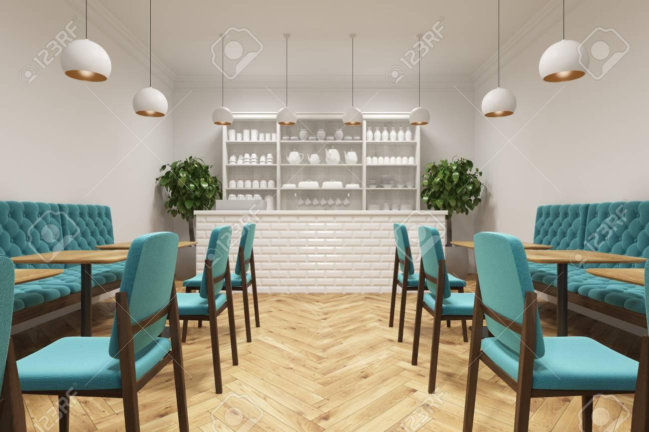 Interni Del Caffè Con Sedie Blu In Piedi Vicino A Tavoli Di Legno ...