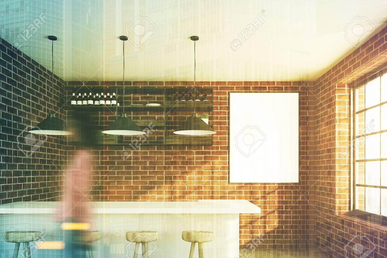 Caffè in mattoni con un bancone bar bianco una fila di sgabelli