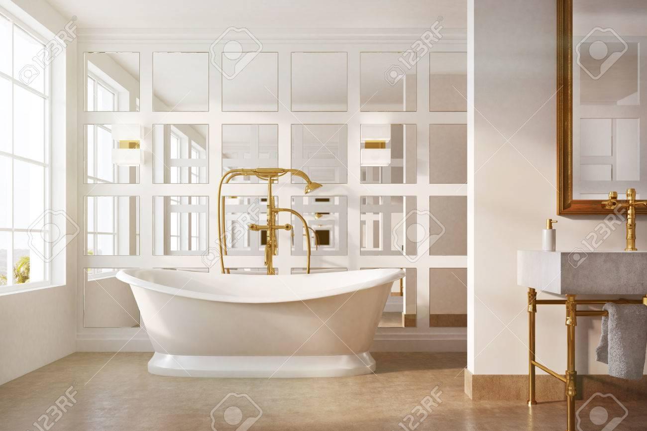 Intérieur de salle de bain vintage avec une baignoire blanche, une douche  dorée, un miroir encadré sur un mur et un mur de verre. Concept de luxe et  ...