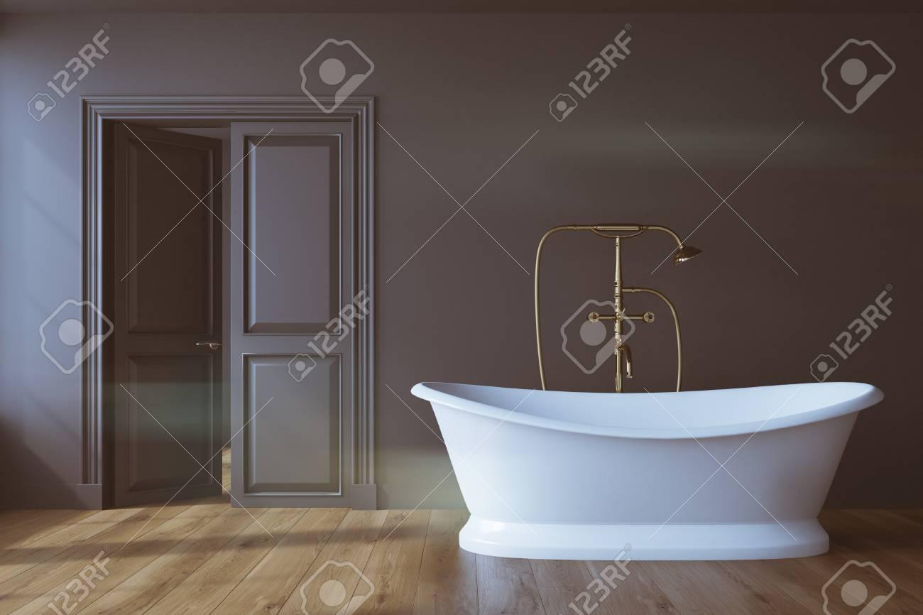 Weinlesebadezimmerinnenraum Mit Einer Weissen Badewanne Einer